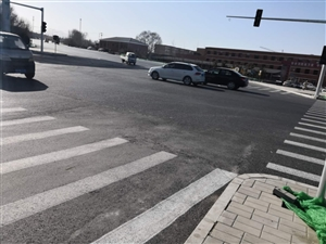 人行横道设置不合理,村子里出来的没有,右转车辆不受红绿灯限制,