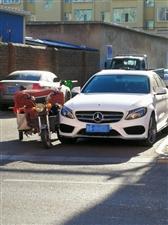 """三轮车和大奔""""聚头"""",小路口行车也要谨慎"""