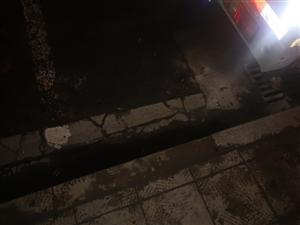 车停在停车线,车胎被烧