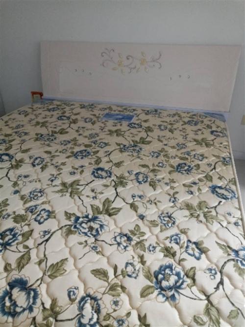 九成新,一米八乘两米,带床垫有意者可以打电话,非诚勿扰