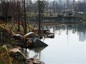 高压清洗车开到水塘里了