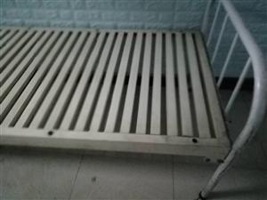 铸铁暖气片和钢架床