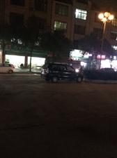 车辆警鸣声严重扰民,路中间每晚都停着一辆扰民的汽车
