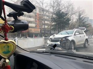刚刚!香港曾道人广安路一辆白色SUV撞翻护栏,车头受损!