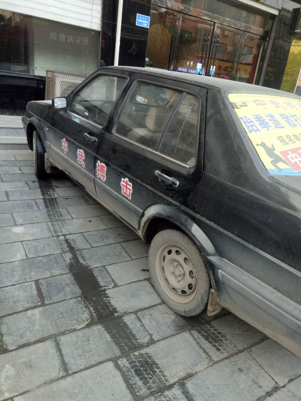 黑色捷达车