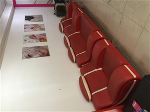 出售二手沙发、服装店试衣镜、服装店休息椅。