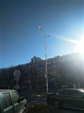 安顺路这路灯大白天的还在亮着。。。。