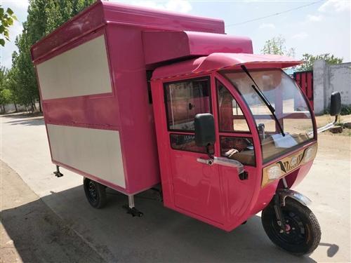 这是一个多功能小吃餐车,可以开着走,里面有三个灶头,干净卫生,又有高颜值!