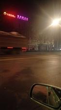 无牌大货车拉石头沙子超载组团闯红灯