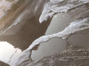 人车通行难,学校门口,水坑结冰…