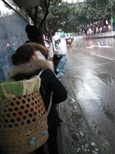 这就是我大邻水的公交站台,下雨没处躲雨,积水了连站脚都很挤太阳天可以补钙。好辣眼睛??