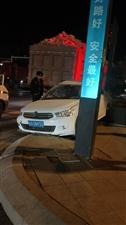 拉石头无牌无证大货车闯红灯,碾压小轿车。