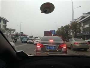 东江高速路口红绿灯那里那么堵,左转弯车道都没有路,纯碎就是浪费一条道。