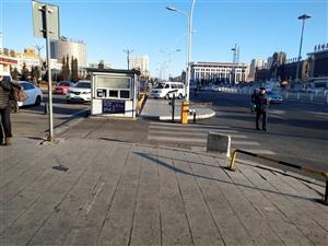 火车站前白鹤宾馆旁一白色车辆经常横占人行道