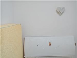 床加席梦思  1.5×2.0  九成新,特价。