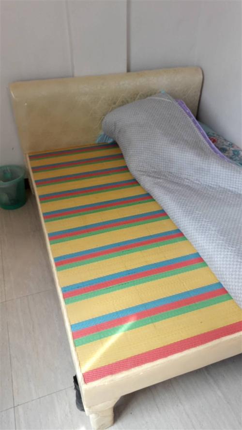 因本人回家過年,現有一張1.5*18的實木床,海爾冰箱一臺!便宜出售!有意聯系18195071519...