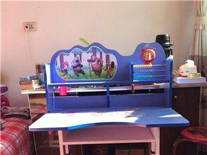 小学生书桌,八成新,带椅子,自取
