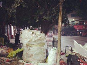 希望社���h保能管社���I河街上收��U品的能在郊�^一�c,�@�拥纳�活垃圾堆放著是否看著不好,每天都把大街堵
