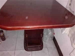 搬新家,新购买了餐桌,现将旧的卖了,桌子两边可以拉开,桌子中间还有可以加宽的。桌子底部有抽屉。传的第...