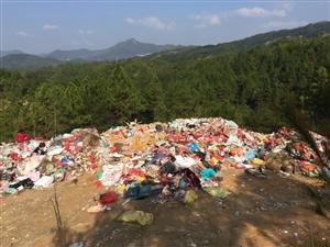 马安乡上宝村岭背对面的山坡上乱倒垃圾