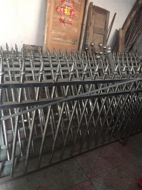 院子不銹鋼護欄:院子鐵門八成新有意聯系我價格優惠