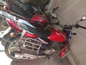 出轻骑铃木125摩托车。2014年5月购买,因为有其他代步工具,个人很少骑,全部原装,无暗病。只出本...