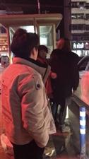 车主为超市停车2元发票争吵造成堵车