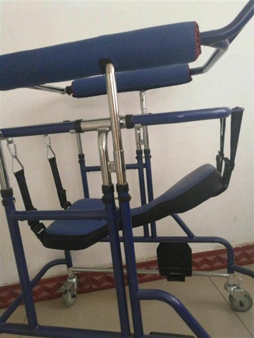 成人学步车 适用于下肢行动不便,中风患者,脊椎受损者,老年痴呆患者等。 九成新,原价2400元,...