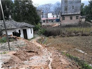 村干部��占村民耕地修建排山水��