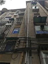 一中宿舍楼墙外下水管即将掉落,盼有关部门解决