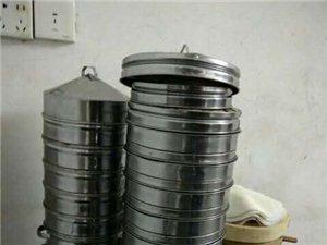本人有99成新蒸炉两个和蒸笼N个,刚刚用了一个月。超低价出售。附带送几十个小笼包蒸笼和蒸笼垫等,要的...