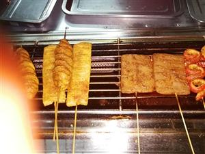 本人有全套烧烤设备,卤肉设备出售。《立式蔬菜冷柜,熟食展示柜,冷冻柜,餐桌椅,液化气瓶三个,气化炉等...