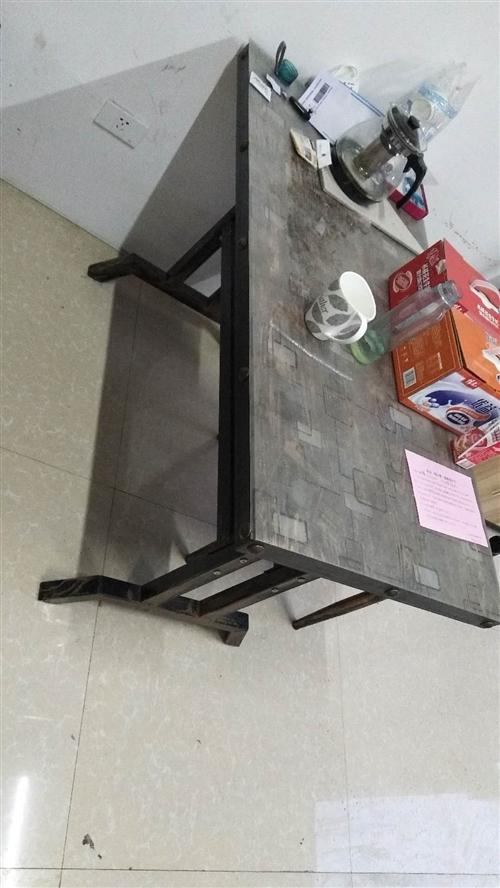 桌子150配四個凳子,置物架100元,買過來都沒怎么用9.9新,