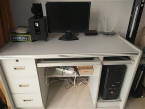 出售电脑桌一个,沙发1套,价格面议,非诚勿扰