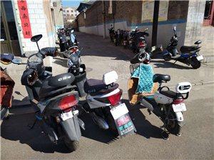 左权中学学生电动车在校外马路乱停放