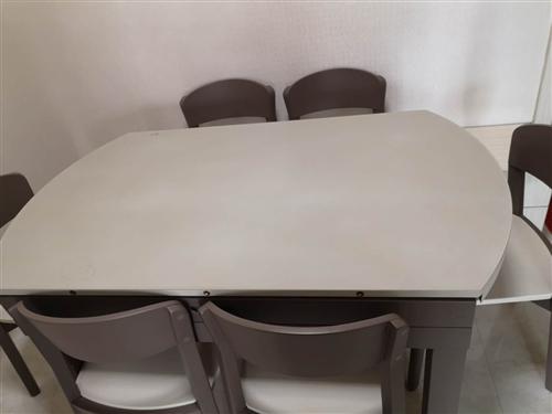 """折价出售全新""""得一""""牌餐桌?#25105;?#22871;,桌面可伸缩,面料耐高温、耐磨,原价六千五百元。有意者致电详谈。"""