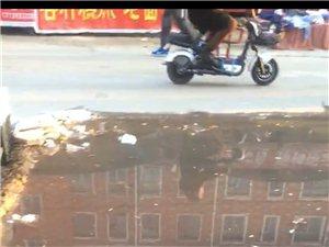 某菜市�稣��l街下水道堵了半��月,居民求助�o�T!