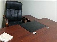 二手辦公桌,加老板椅子一張,沙發一張,有些要的可以聯系我。都比較新,買來都沒有用多久,