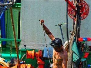 潭门渔港冲凉的渔家人