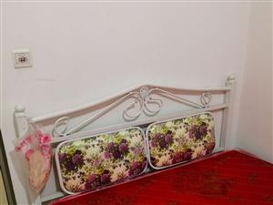 便宜出售会议桌和1.5米的双人床带床垫
