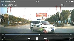 开车时,请不要接打电话,很危险