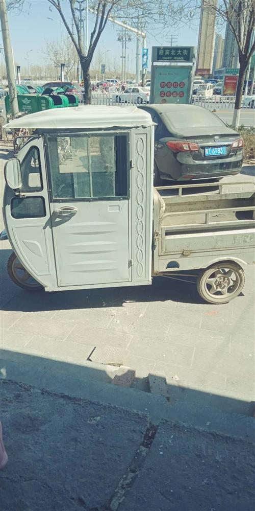 带棚电动三轮车。