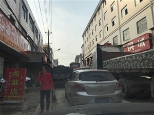 拖沙的大车严重影响交通毁坏道路