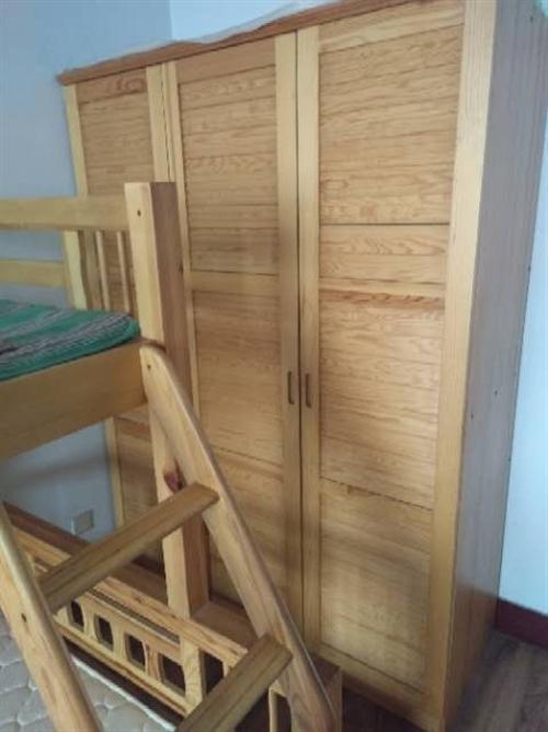 搬家处理,买了2年多点,全实木母子床,大衣橱,书架,当时价格7800多,打包处理2200元,几乎全新...