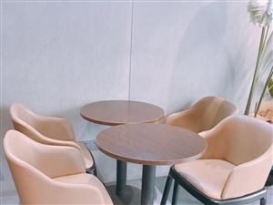奶茶店座椅全套低价出售,九成新,椅子全是真皮,桌子实木的!