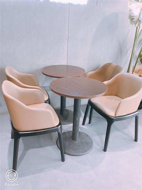 奶茶店座椅全套低價出售,九成新,椅子全是真皮,桌子實木的!