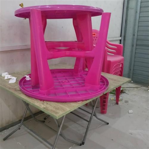 四个桌子都是配套的一起16个椅子500,10块一个圆凳子有20个,夏天大排档专用都是新的,就用了一个...