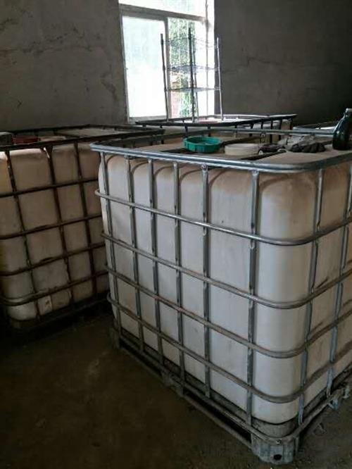 出售大塑料桶,能装一吨左右,低价出售350元一个,联系电话,15842185196