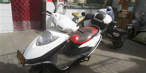 逸彩125踏板摩托出售有牌照,本人去太工作不騎了,要的來電。15235850400