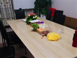 大型会议桌可折叠,带会议椅子8个,价格面议,因因房租到期便宜处理
